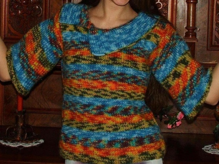 spalvotas megztinukas