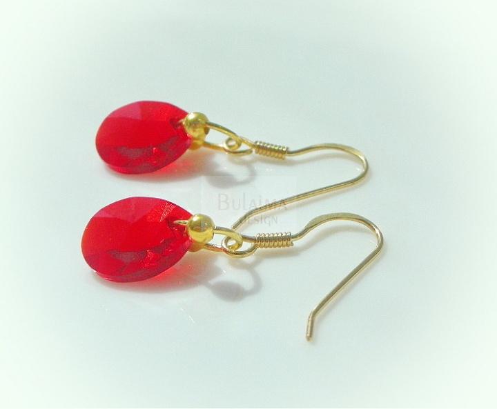 Raudonų kristatų auskarai