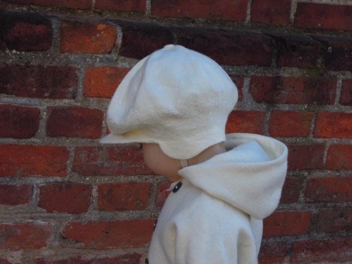 Balta beretė su snapeliu