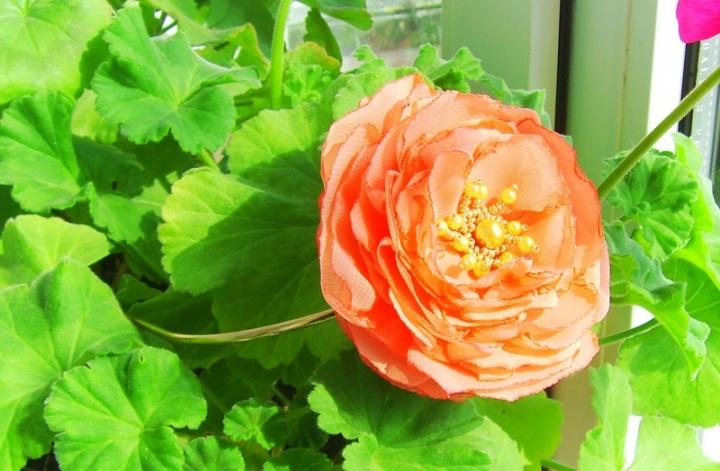 Auksinis lankelis su gėle