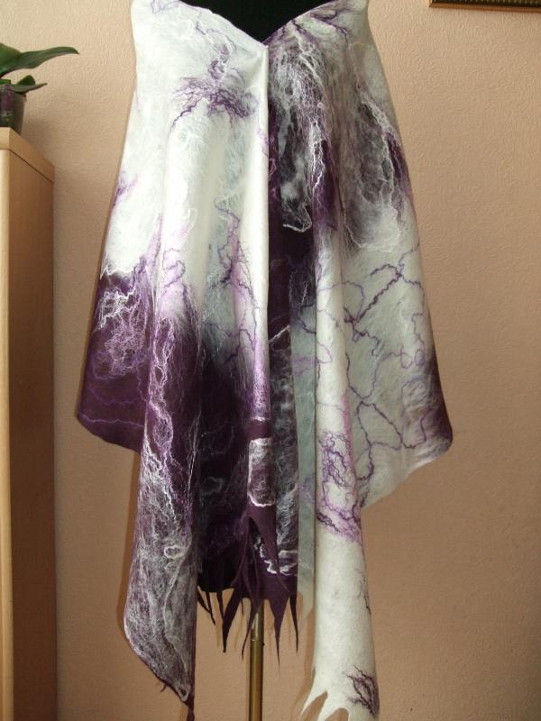 Tamsus violetas su baltu