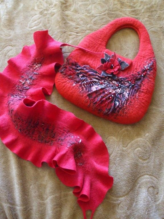 Raudona rankinė