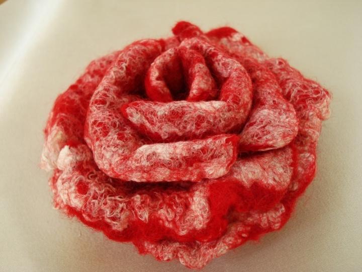 Skinsiu raudoną rožę...