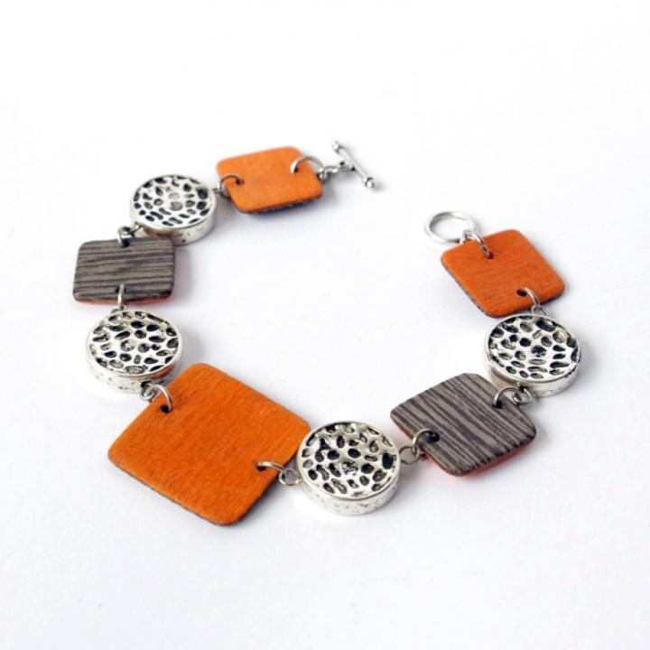 Oranžiniai kvadratai - medinė apyrankė