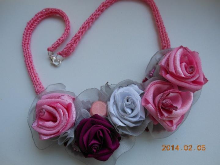 Rožinis kaklo papuosalas