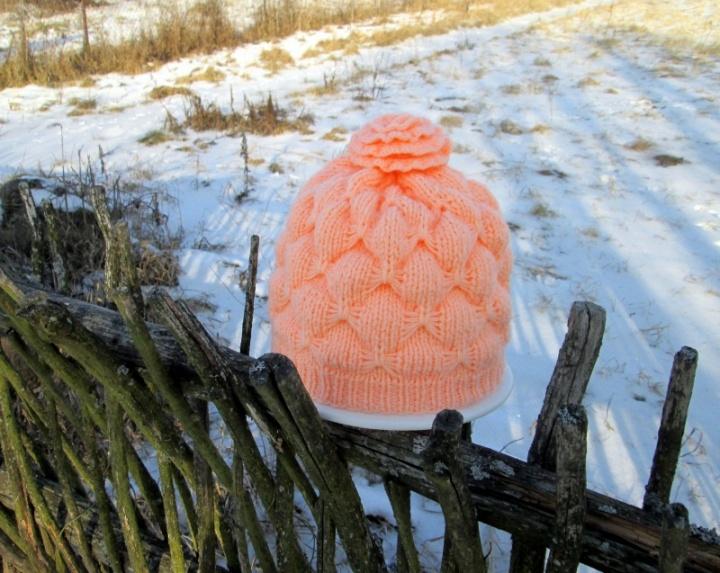 Virbalais megzta moteriška kepurė  Žiemos rožė