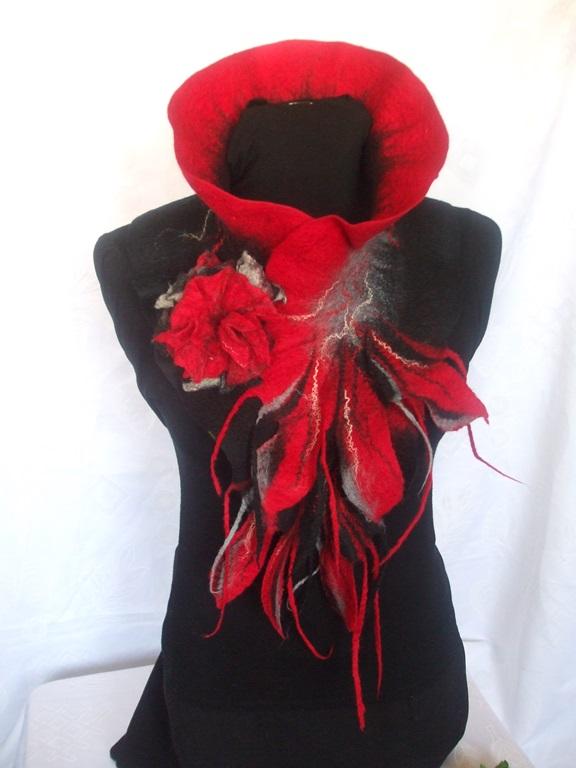 Juodas raudonas veltas šalikas