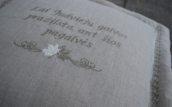 Lininė dekoratyvinė pagalvėlė