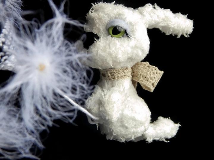 Nertas zuikelis ir pienė / Kabinamas žaislas kiškis ir gėlė / dekoracija