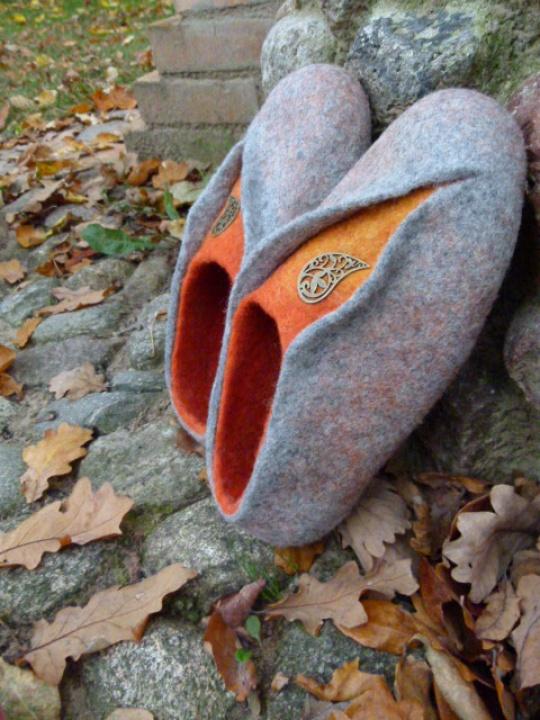 """pilkos-oranžinės veltos moteriškos šlepetės """"rudenėjant"""""""