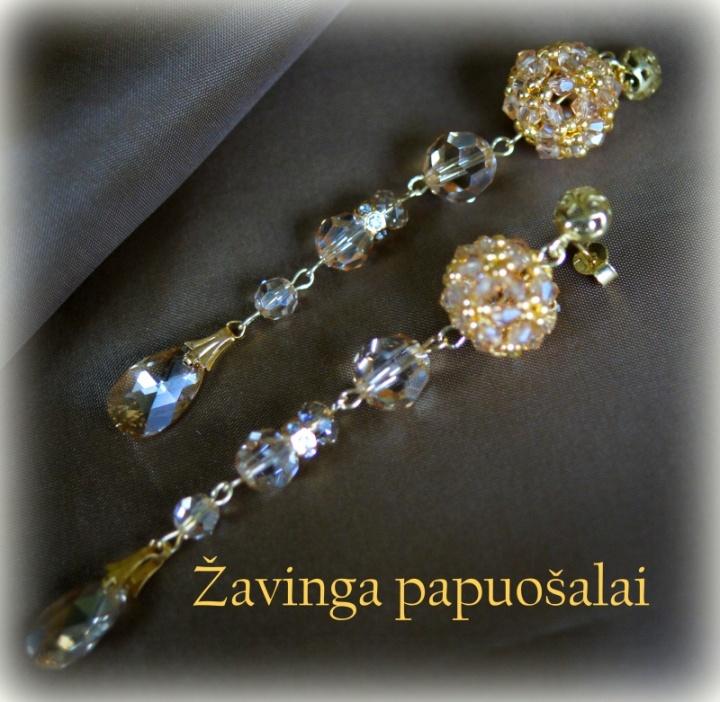 Puošnūs aukso ir kristalų auskarai