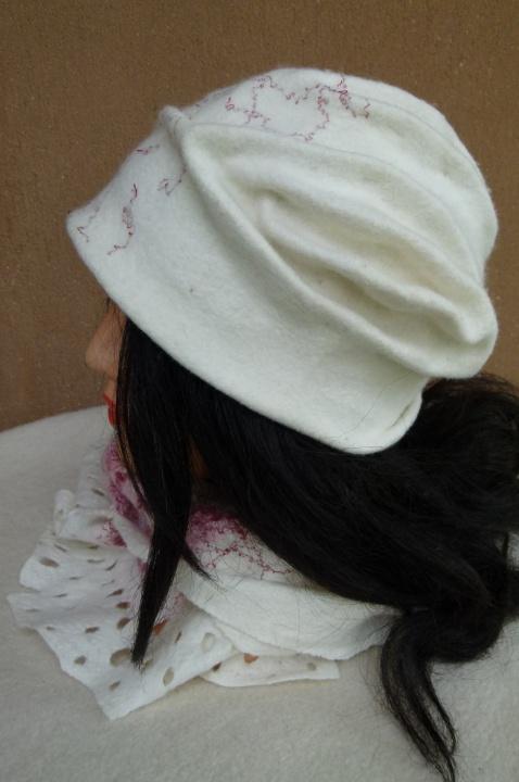 """Velta balta kepurė ir  šalikėlis """"Pasvajokim"""""""