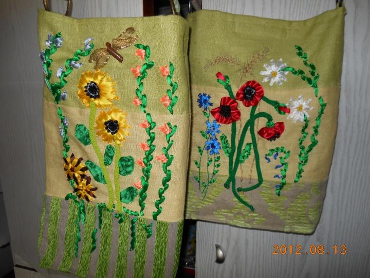 Atlaso juostele siuvinėtos rankinės