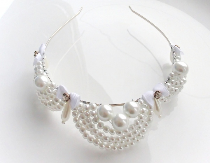 Balta karūna iš perlų