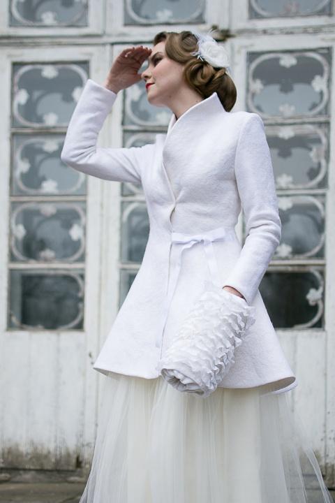 Baltas puošnus, kliošinis paltas