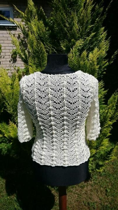 Baltas puošnus megztinukas