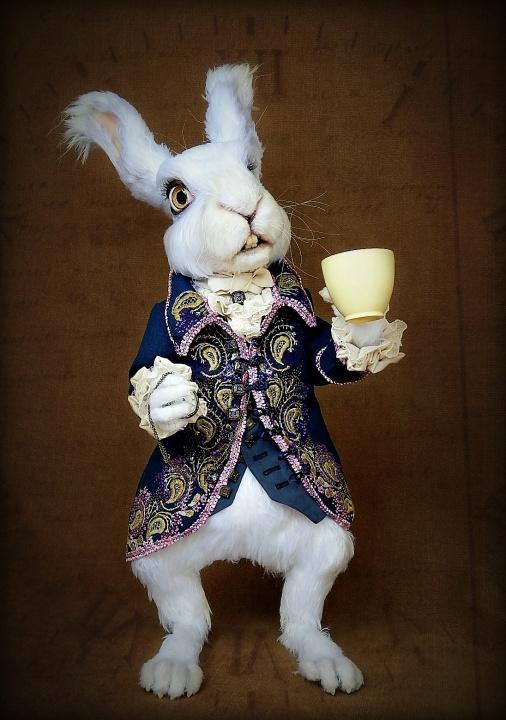 Baltasis triušis - nertas vienetinis interjero žaislas / lėlė - pagal 'Alisa stebuklų šalyje'