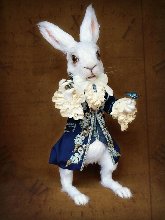 Baltasis triušis su laikrodžiu ir drugeliu - nertas vienetinis interjero žaislas / lėlė - pagal 'Alisa stebuklų šalyje'