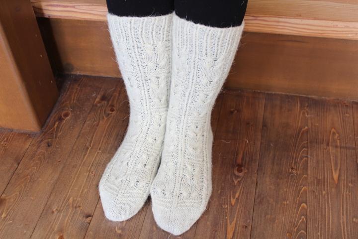 Baltos vilnones kojines .