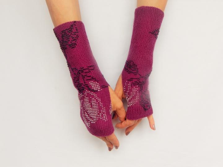 Ilgos riešinės / purpurinės kašmyro vilnos bepirštės pirštinės su karoliukais