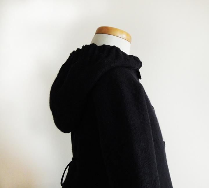 Juodas elegantiškas kliošinis paltas mažai damai