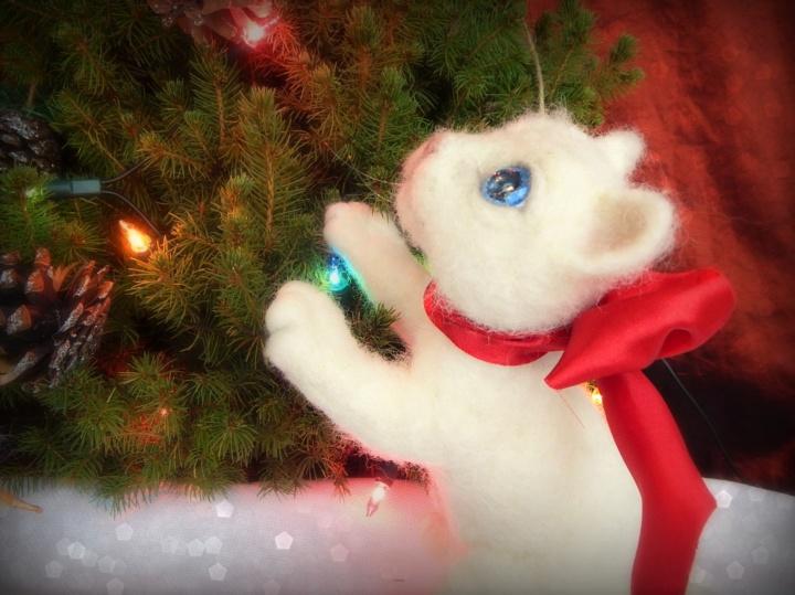 Katinėlis Sniegelis - veltos merino vilnos pozuojantis žaislas - baltas kačiukas