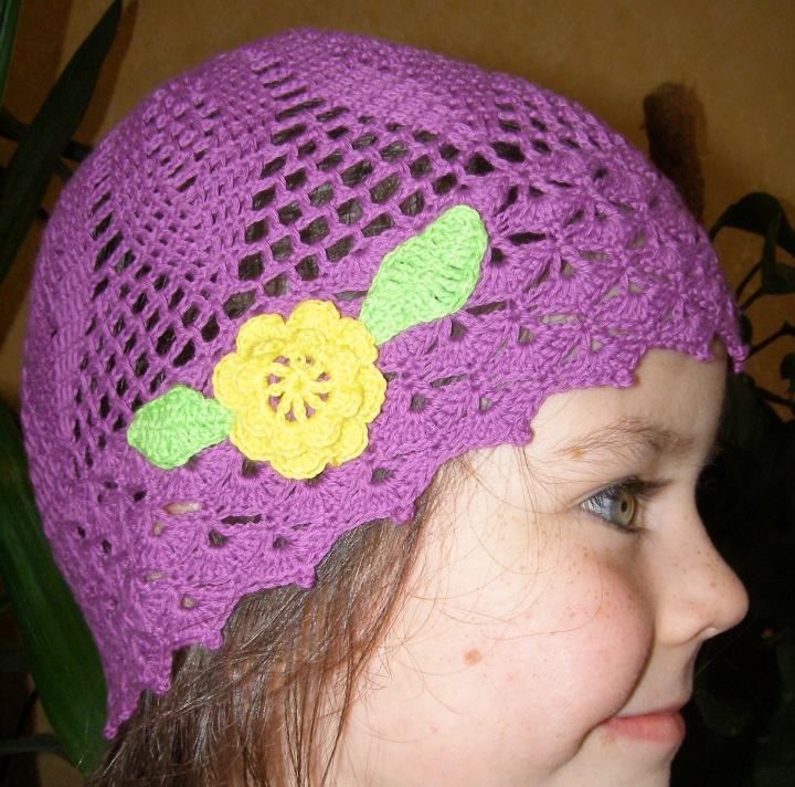 Nerta kepurytė su gėle