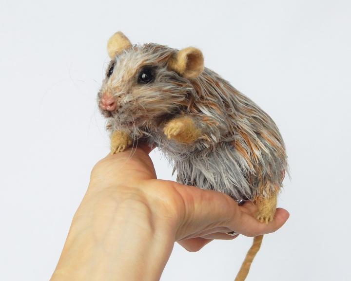 Nerta pelė / žiurkė - pozuojantis minkštas interjerinis žaislas