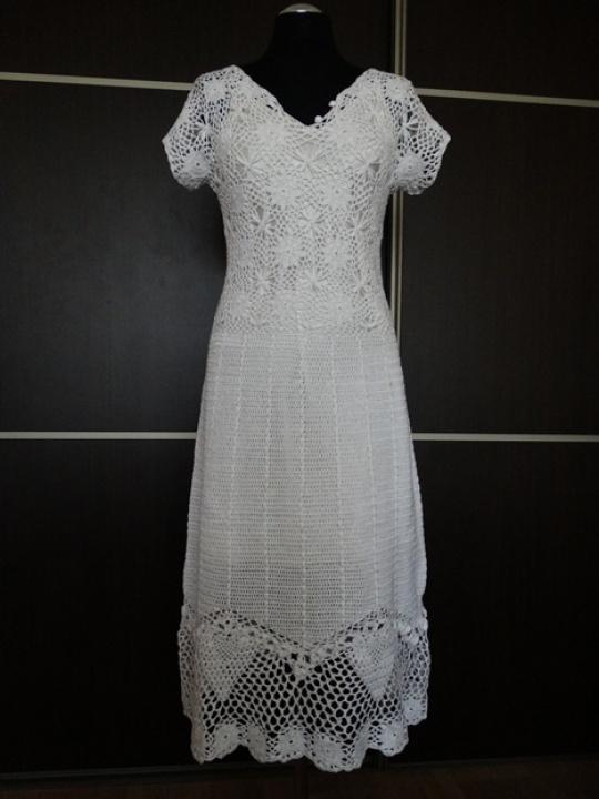 Nerta puošni balta suknelė