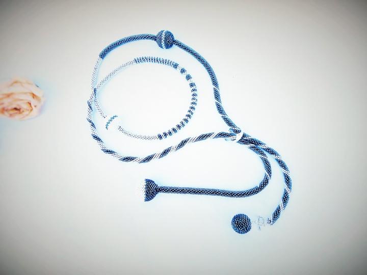 Nertas ilgas kaklo papuošalas - žgutas 'Gyvenimo kelias' / stiklo karoliukai