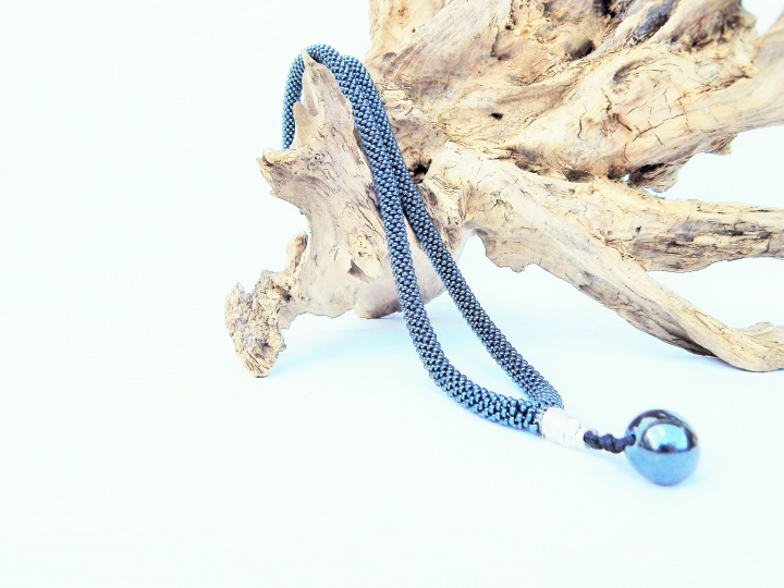 Nertas kaklo papuošalas - žgutas / stiklo karoliukai, hematito akmuo