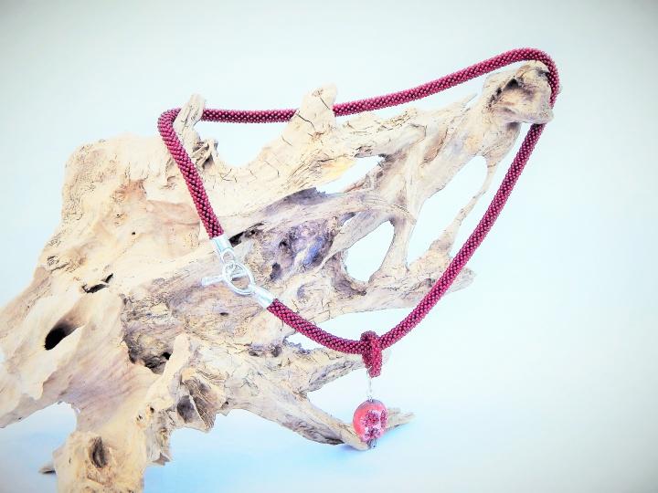 Nertas kaklo papuošalas - žgutas / stiklo karoliukai, pakabukas Granatas