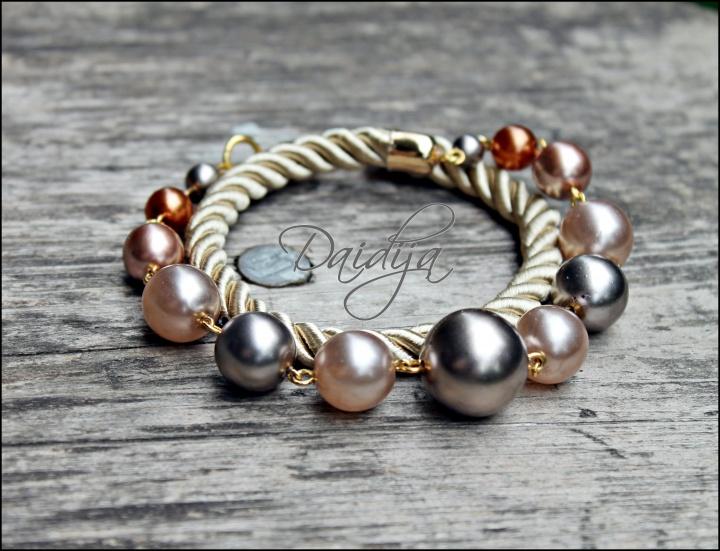 Pastelinių spalvų, stiklinių čekiškų perlų ir šilkinės virvelės apyrankė