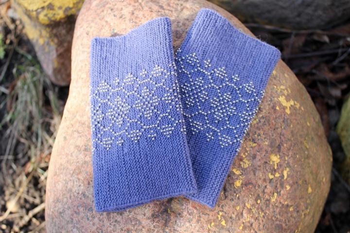Pilkai mėlynos riešinės su pilkais karoliukais