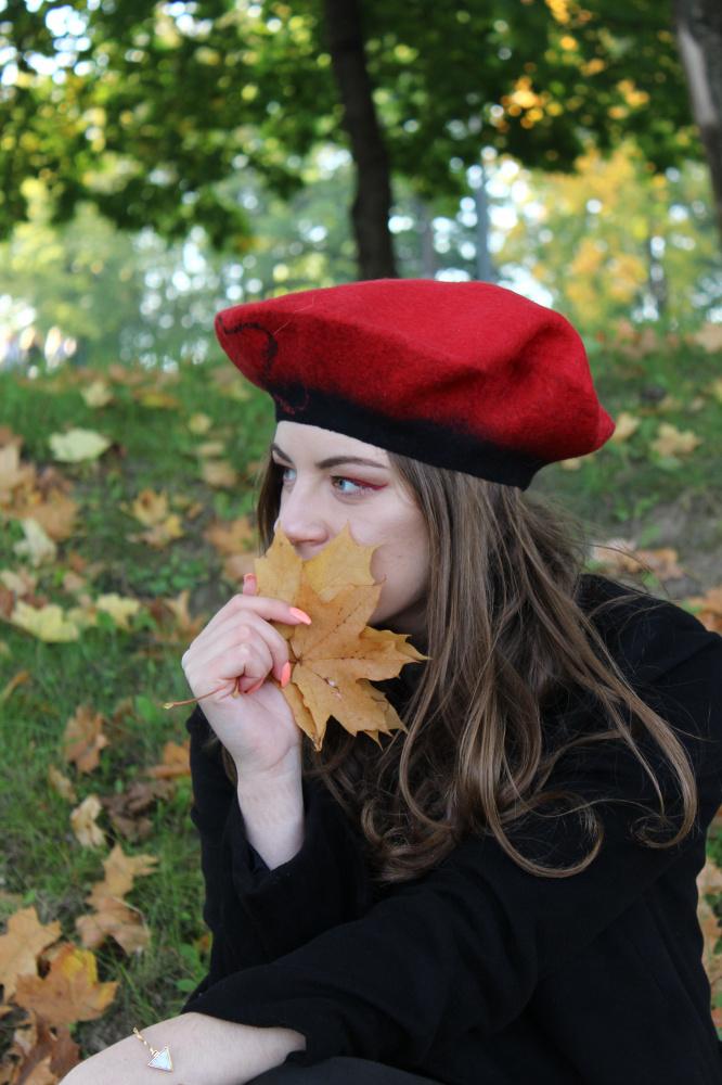 Raudona kepurė-beretė