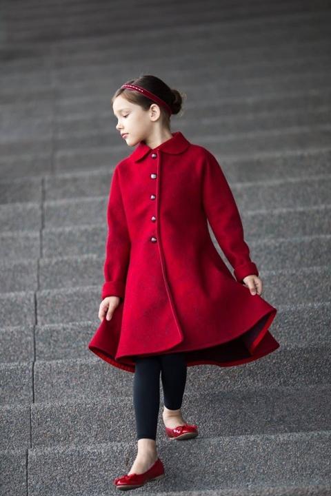 Raudonas kliošinis paltas