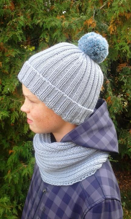 Šilta kepurė su bumbulu ir šalikas