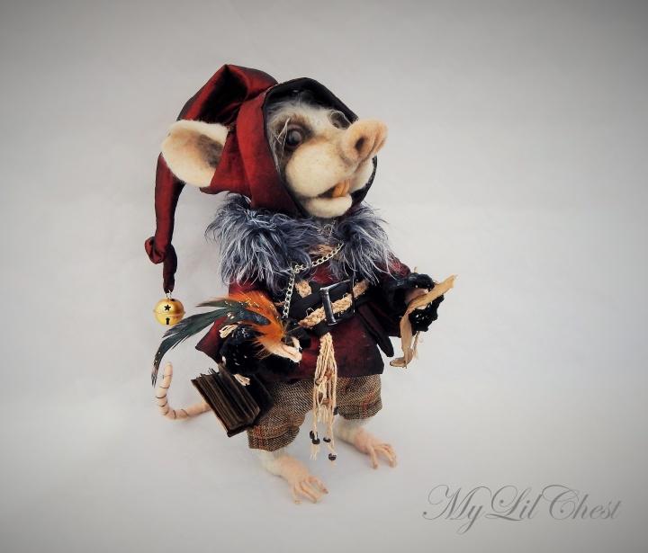 Slaptasis nykštukas 'Užrašinėtojas' - nertas interjerinis žaislas peliukas