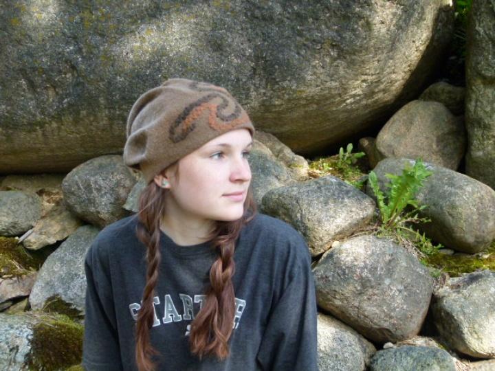 """Velta ruda kepurė """"susiliejimas"""""""