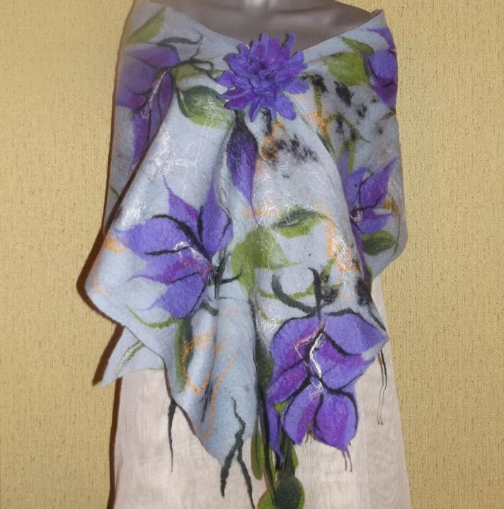 veltas šalis su violetinėm gėlėm