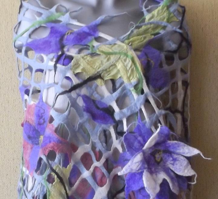 veltas tinklinis šalis su violetinėm daugiasluoksnėm gėlėm