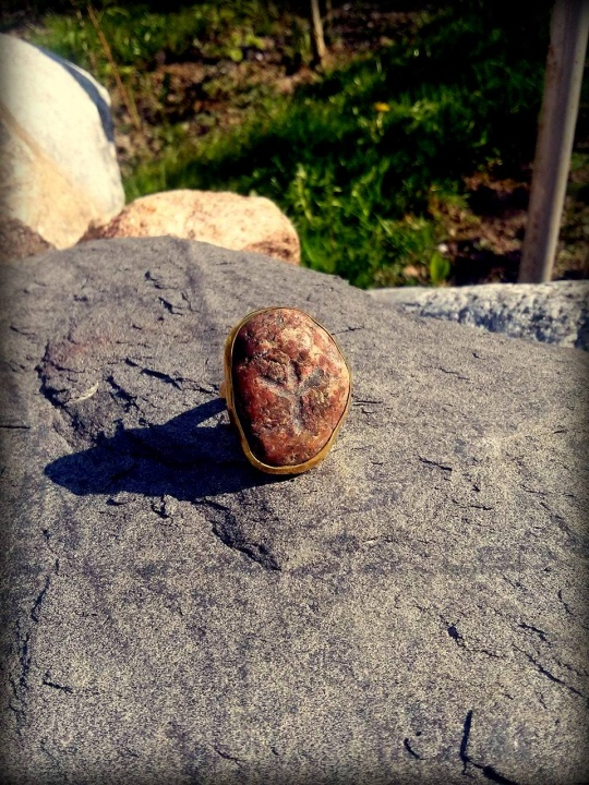 Žiedas su pajūrio akmenėliu ir išgraviruota runa