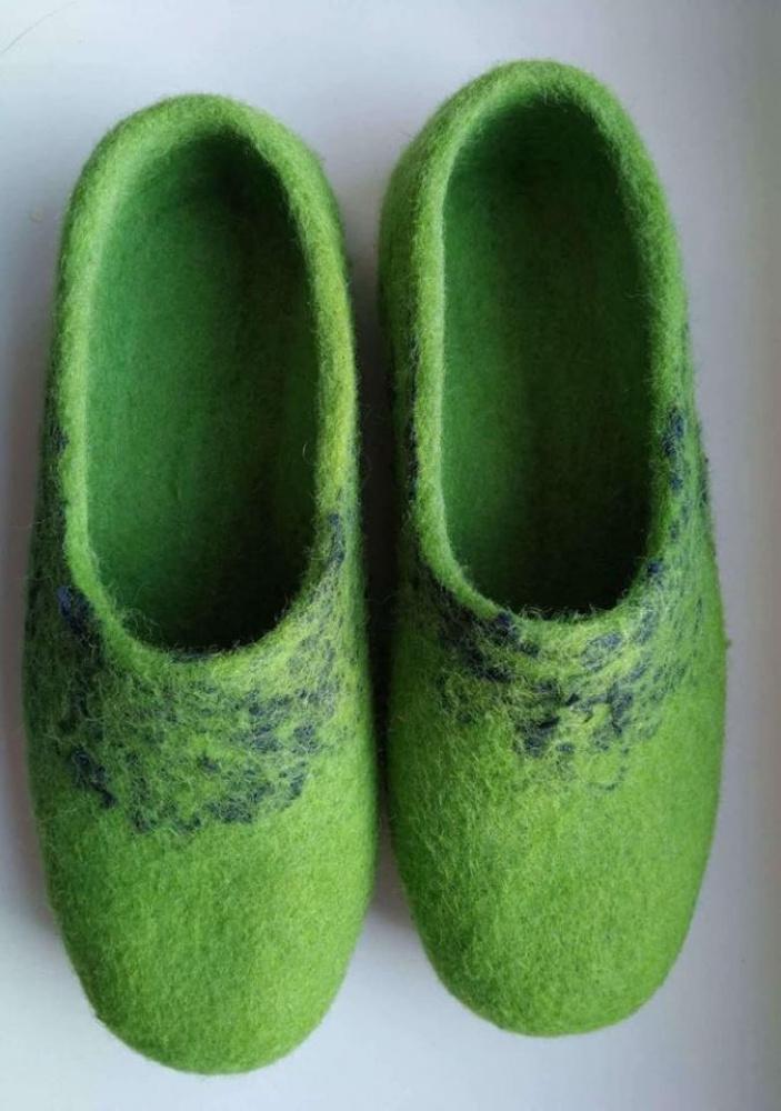 39 dydis, odinis padukas. ryškesnės žalios  spalvos, dekoruota šilko gijomis.
