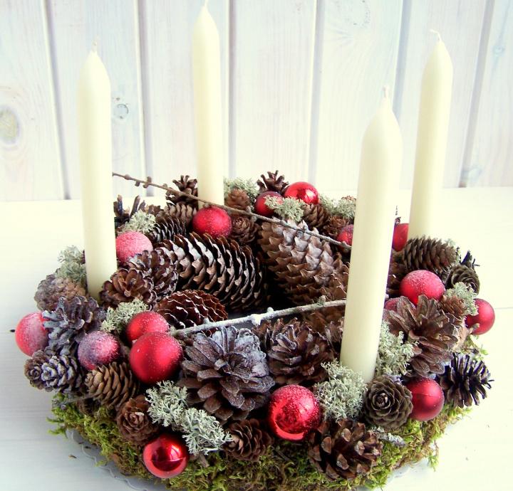 Advento vainikas su baltom žvakėm