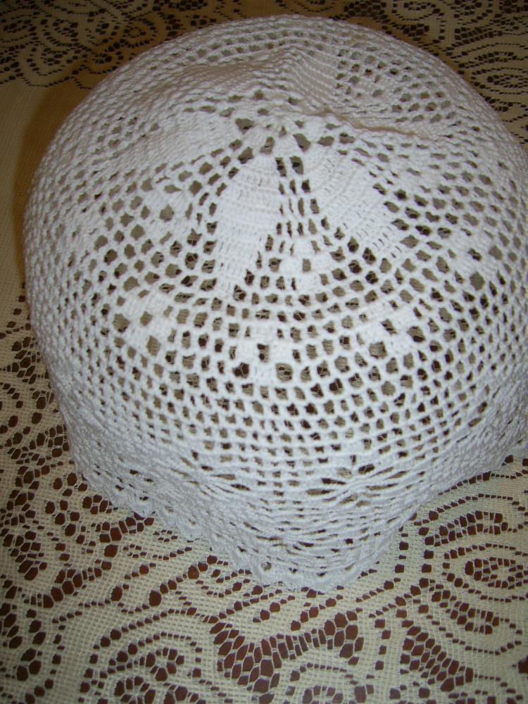 Balta kepurė su koriuko raštu