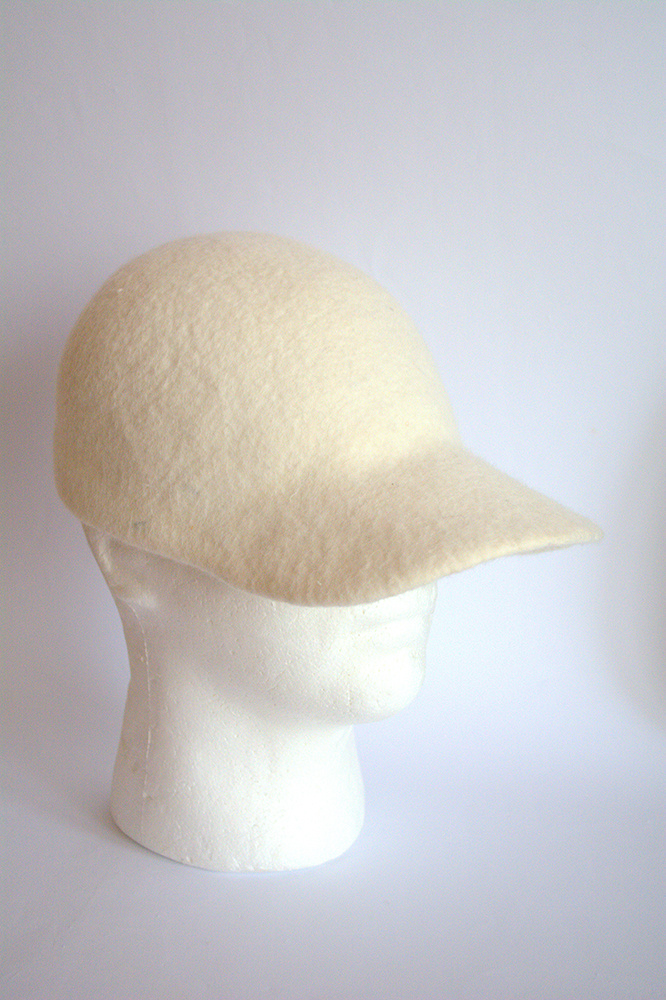 Balta velta kepurė su snapeliu