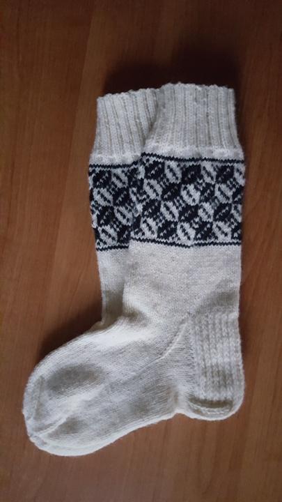 baltos kojines su juodais lapeliais