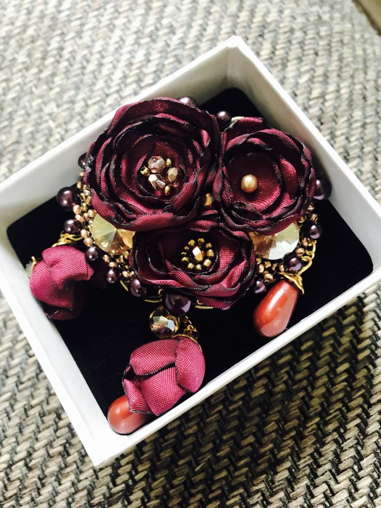 Bordo spalvos gėliu sagė