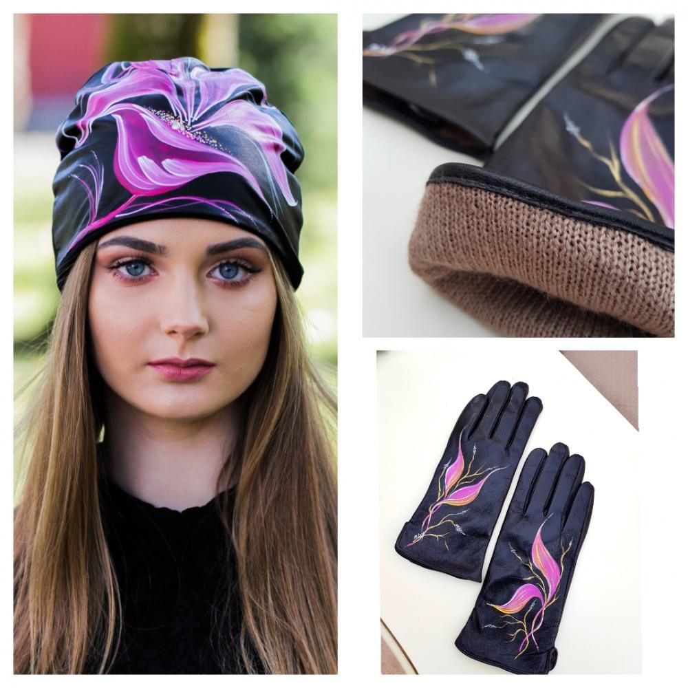"""Derinys: Kepurė ir pirštinės dekoruota rankų darbo piešiniu """"Ciklomeno žiedas"""""""