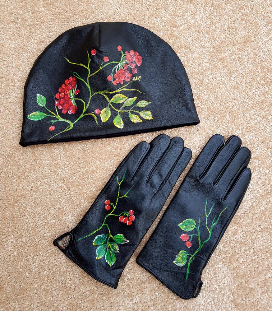 """Derinys: Kepurė ir pirštinės dekoruota rankų darbo piešiniu """"Šermukšniai"""""""